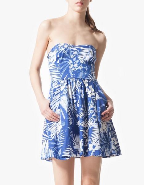Vestito floreale blu e bianco di Stradivarius