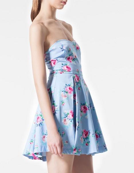 Vestito azzurro con fiori fucsia, senza spalline di Stradivarius