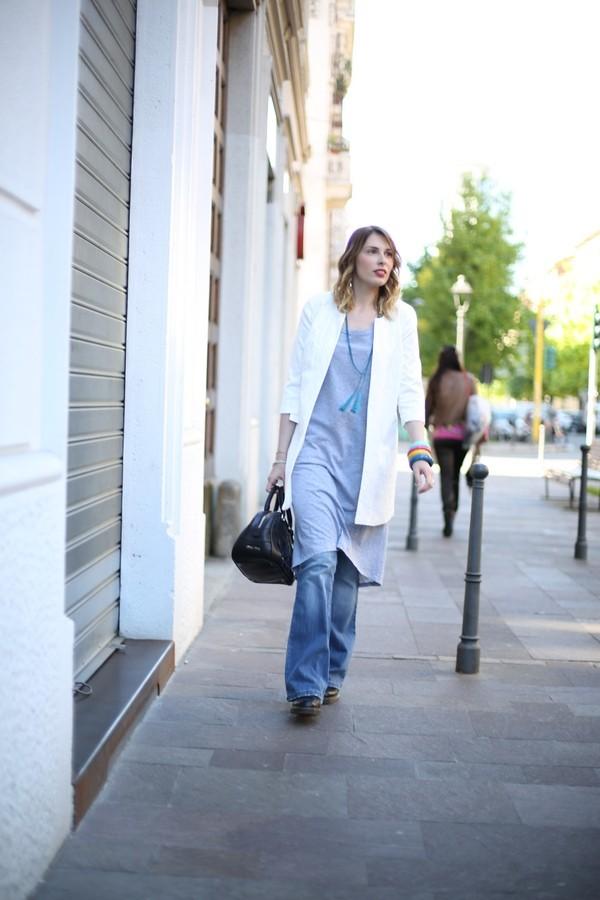 Giulia - jeans a zampa con maglia over grigia e soprabito damascato