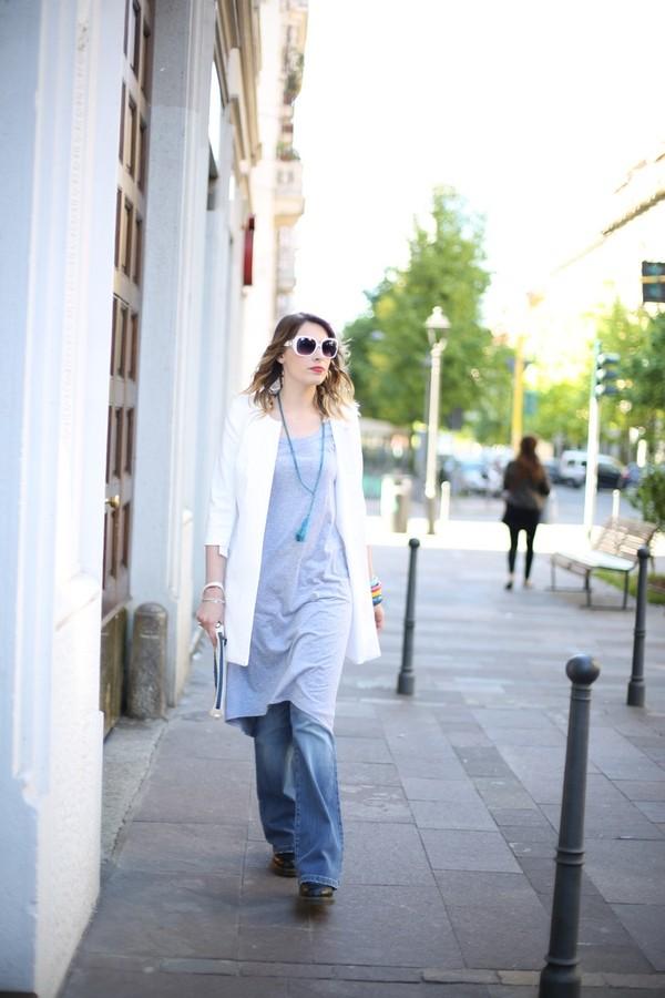 Giulia - jeans a zampa, maglia over sovrapposta e soprabito damascato