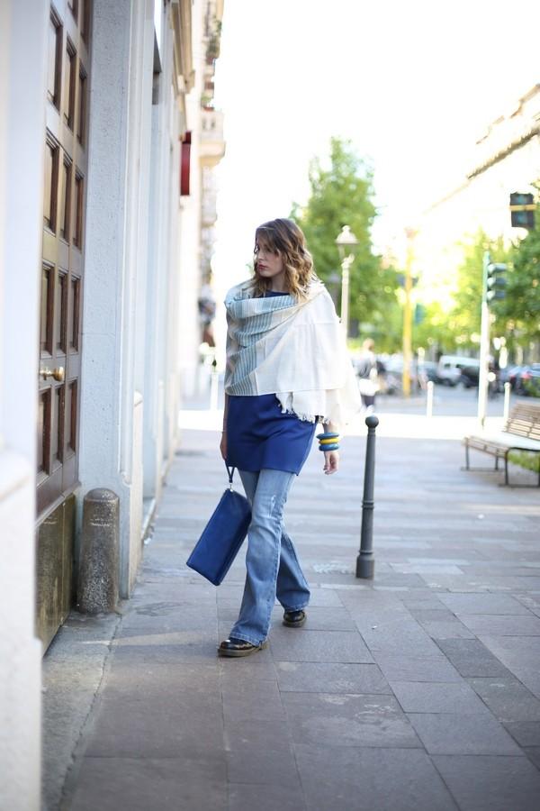 Giulia - la maglio oversize è sovrapposta ai jeans a zampa