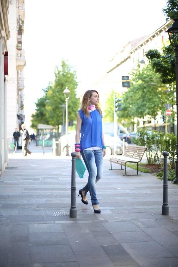 Silvia - maglia con maniche a farfalla sovrapposta a canotta con bordo di pizzo, con jeans skinny con spacchetto