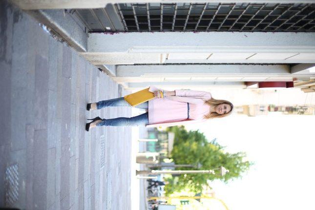 Silvia - la pochette gialla dà movimento all'outfit