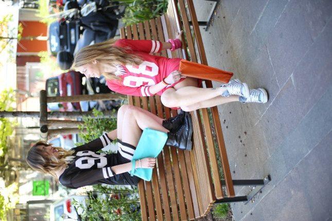 Giulia e Silvia - pochette in pelle colorata e bracciali in tono, con collane in alluminio