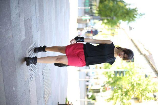Irene - bracciali neri e pochette in pelle per completare il look