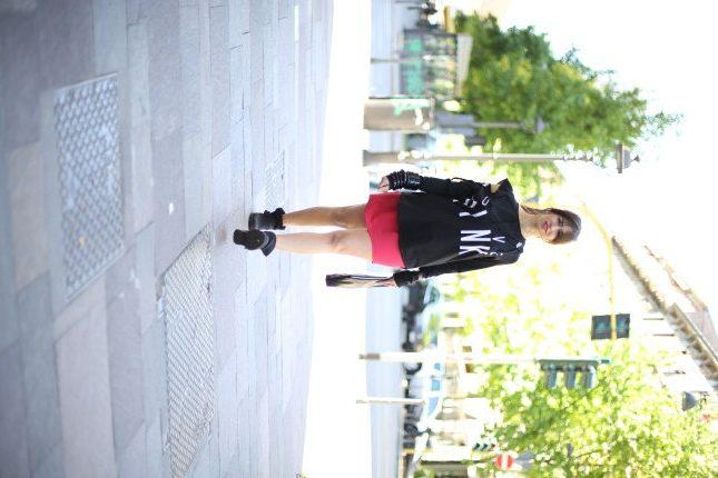 Irene - l'abito può diventare un capo casual se indossato con una felpa nera dal mood sporty