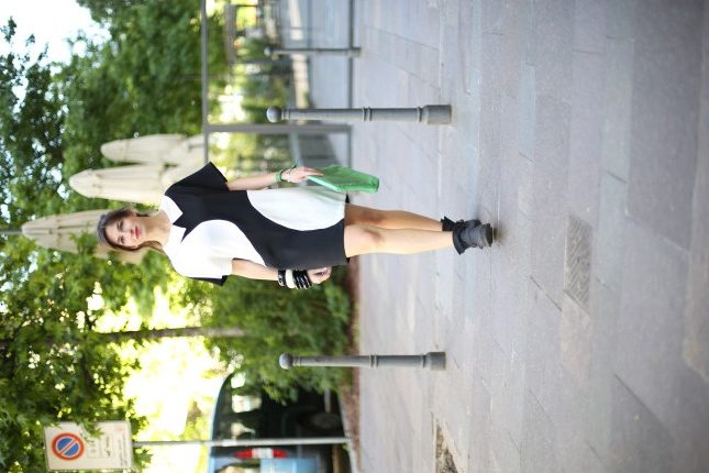 Irene - pochette in pelle colorata e maxi bracciali per completare l'outfit