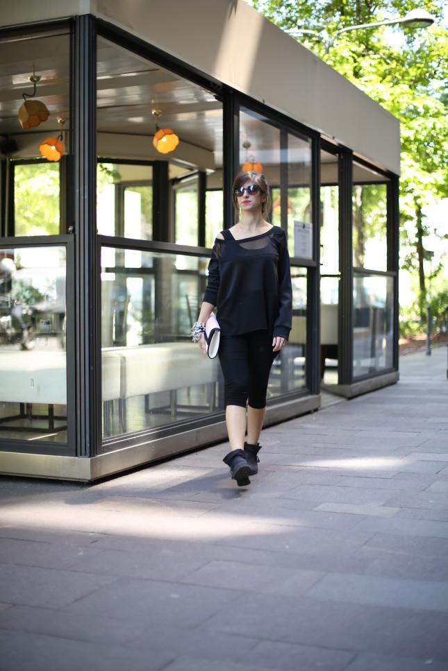 Irene - blusa nera con maniche in voile: look casual con un paio di leggings e bikers