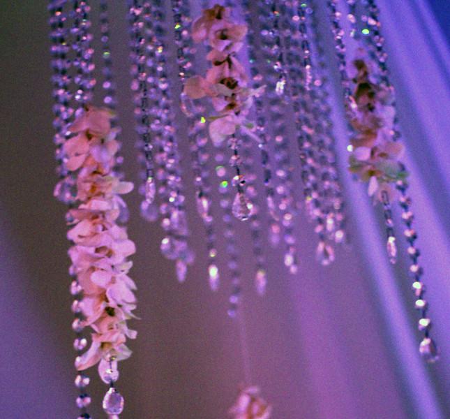 Allestimento serale di Bluemilia Flower Studio: luci colorate, cristalli e fiori doneranno un tocco speciale e magico al ricevimento.