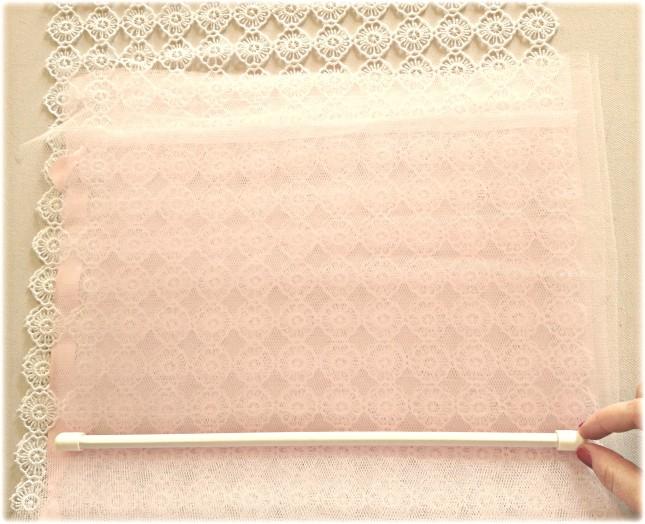 Posiziona il bastoncino per tende nella parte bassa dell'interno tulle, perfettamente orizzontale