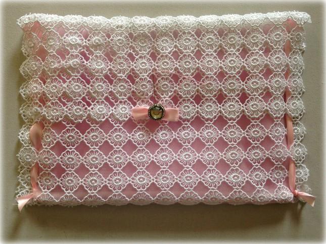 Ecco la pochette ultimata, puoi far passare il bottoncino in una delle fessure del macramè per chiudere la bustina