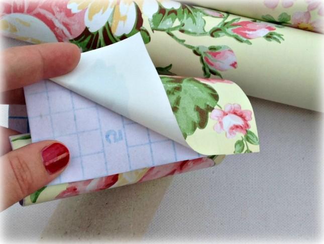 Togli la parte adesiva della carta fantasia...
