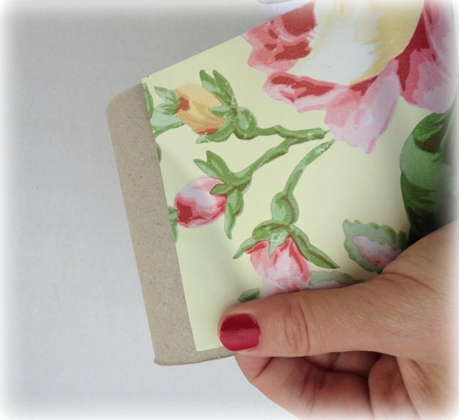 Posiziona la carta adesiva sulla carta igienica e premi bene affinché aderisca completamente