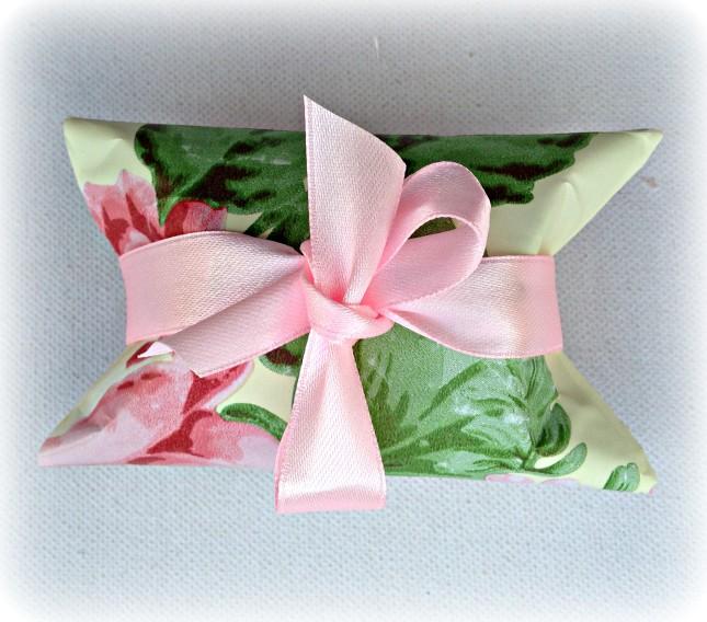 Abbellisci la scatolina porta-confetti con un nastro rosa et voilà... è pronta!