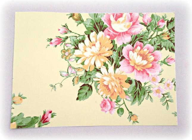 Per creare un raffinatissimo ventaglio prendi un cartoncino in formato A4 o meglio ancora A3 e rivestilo di carta adesiva fantasia