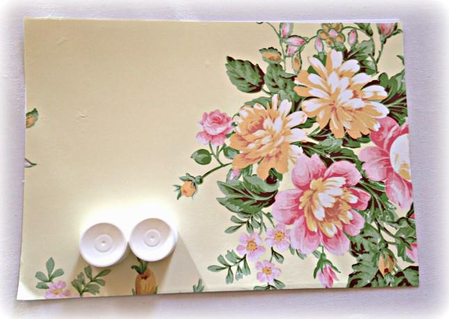 Per preparare il tuo tubetto porta-tutto, ti bastano un cartoncino in formato A4 (colorato da un lato o con carta adesiva incollata su un lato) e due tappi bianchi di dentifricio