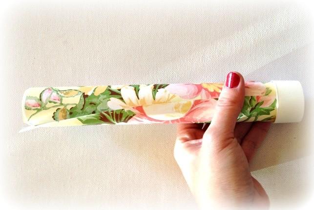 Incolla bene la parte adesiva per chiudere il cartoncino a cilindro e inserisci i due tappi bianchi da dentifricio per la chiusura