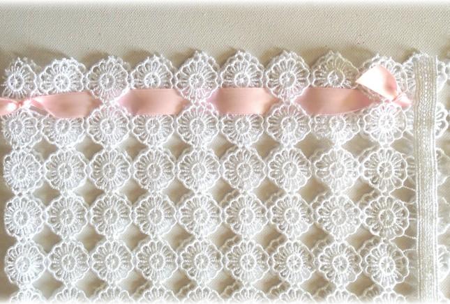 Ecco come dovrebbe risultare la parte laterale della tua pochette legata con nastrino rosa