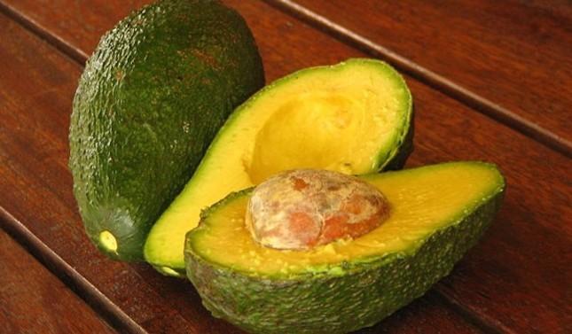 L'avocado è un ingrediente fondamentale per le maschere contro i capelli secchi e sfibrati