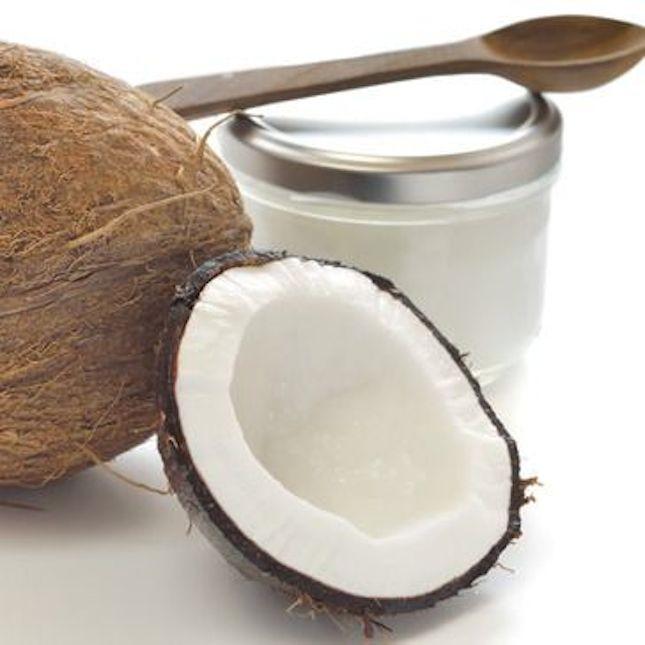 L'olio di cocco viene utilizzato come rimedio naturale per i capelli secchi