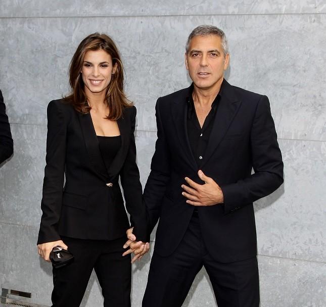 Elisabetta Canalis e George Clooney per Armani alla settimana della moda di Milano