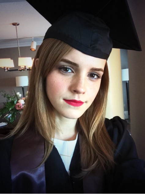 Tocco in testa e rossetto rosso nel giorno della sua laurea