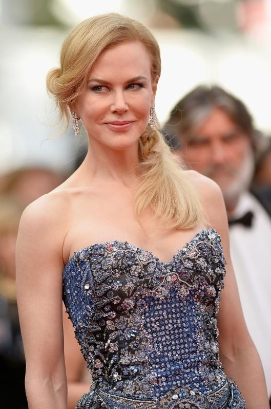 Nicole Kidman indossa un abito sulle tonalità del blu, firmato Giorgio Armani Privè
