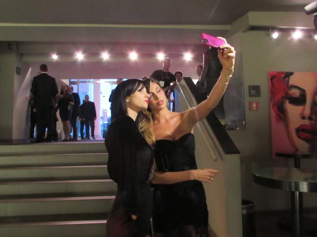Belen scatta una selfie