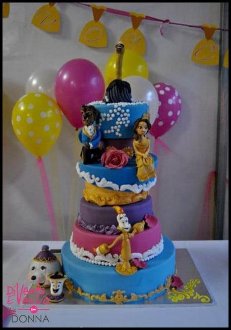 I protagonisti di un cartone che fa sognare, fra i piani dolcissimi di una torta decorata