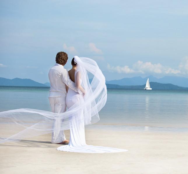 matrimonio estivo e sposi in spiaggia.