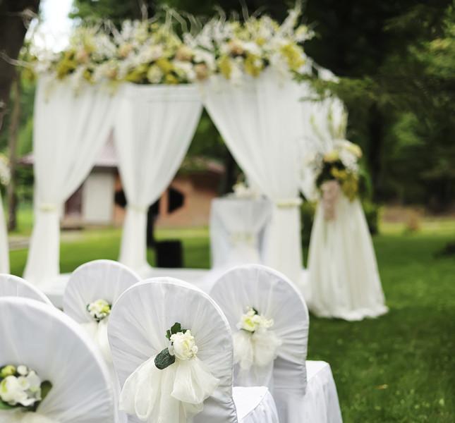 matrimonio estivo: decorazione per celebrazione all'aperto.