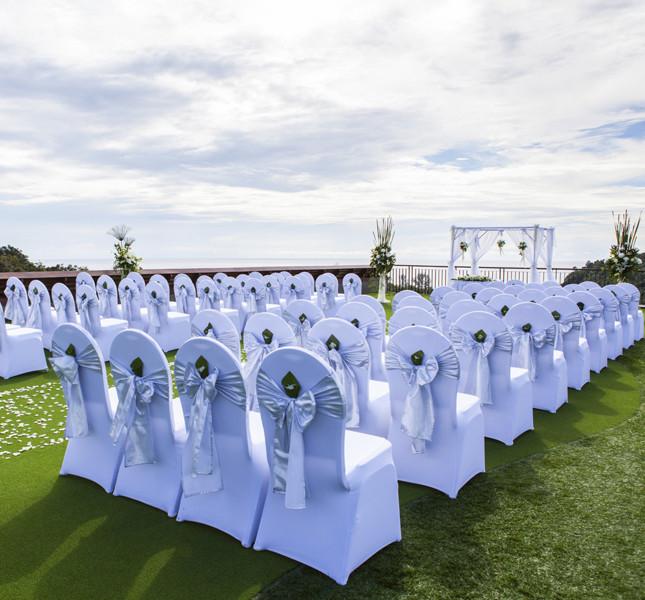 decorazione delle sedie della cerimonia. Un fiore darà un tocco in più!