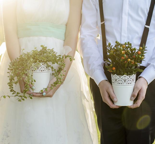 matrimonio estivo: una coppia con composizioni agresti.