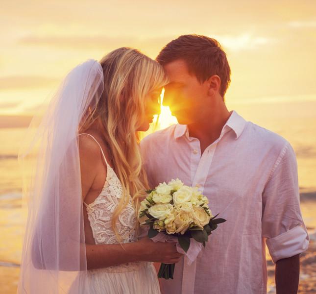 Giovani sposi festeggiano al mare.