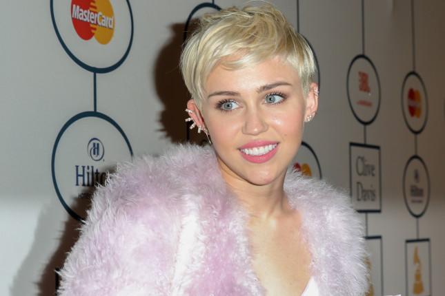 Miley Cyrus, capelli cortissimi e spettinati