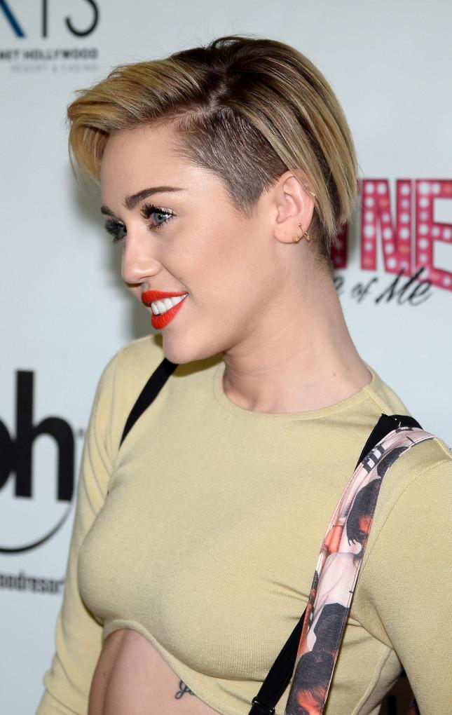 Miley Cyrus: un taglio corto dal sapore punk con rasatura laterale