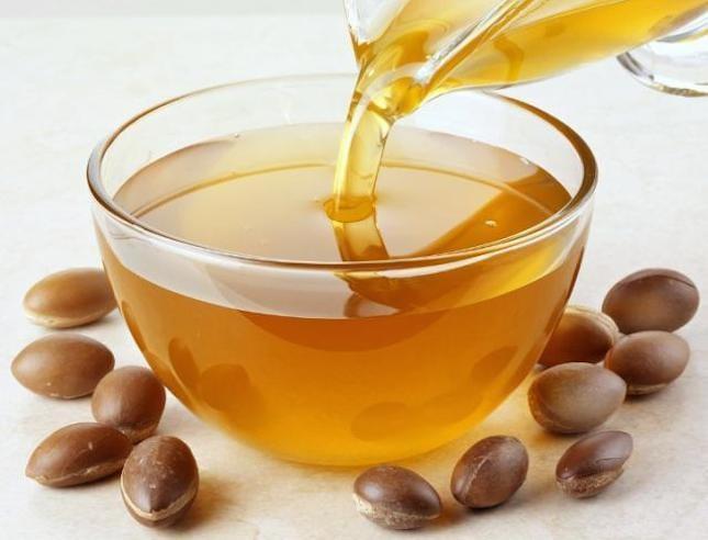 L'olio di argan viene utilizzato come rimedio naturale per i capelli secchi