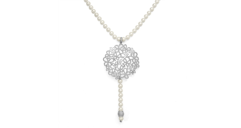 Collier in perle con decorazione centrale di farfalle