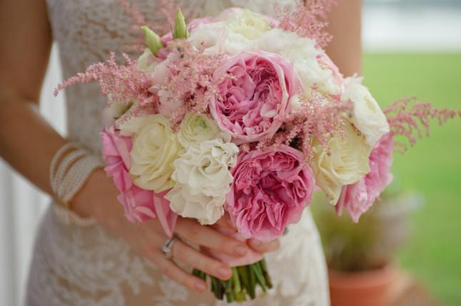 A palla o a cascata, il bouquet è un romanico dettaglio profumato dell'outfit nuziale