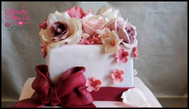 Una Torta con tanti fiori in Flower Paste realizzati a mano