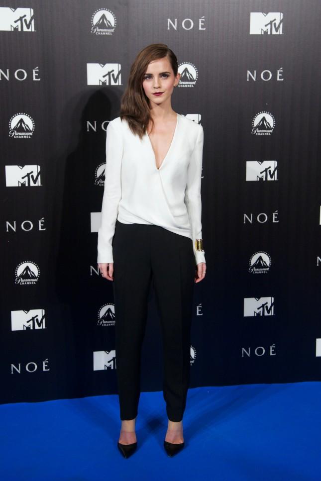 Pantaloni e camicia bianca con scollo profondo alla premiere di Madrid