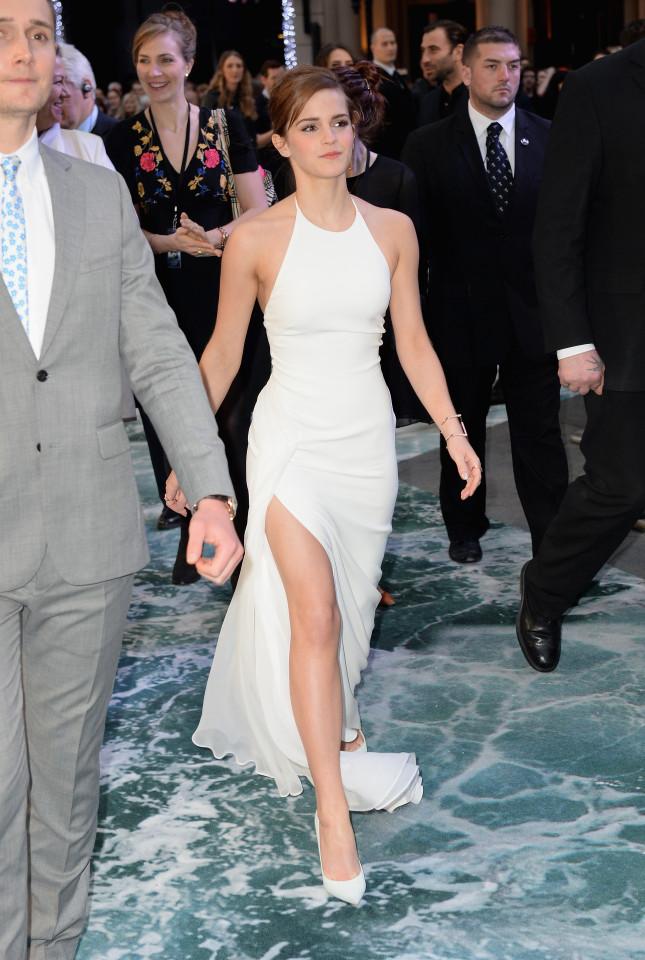 Emma alla premiere londinese ha sfoggiato un abito con uno spacco mozzafiato, con l'eleganza che la distingue sempre