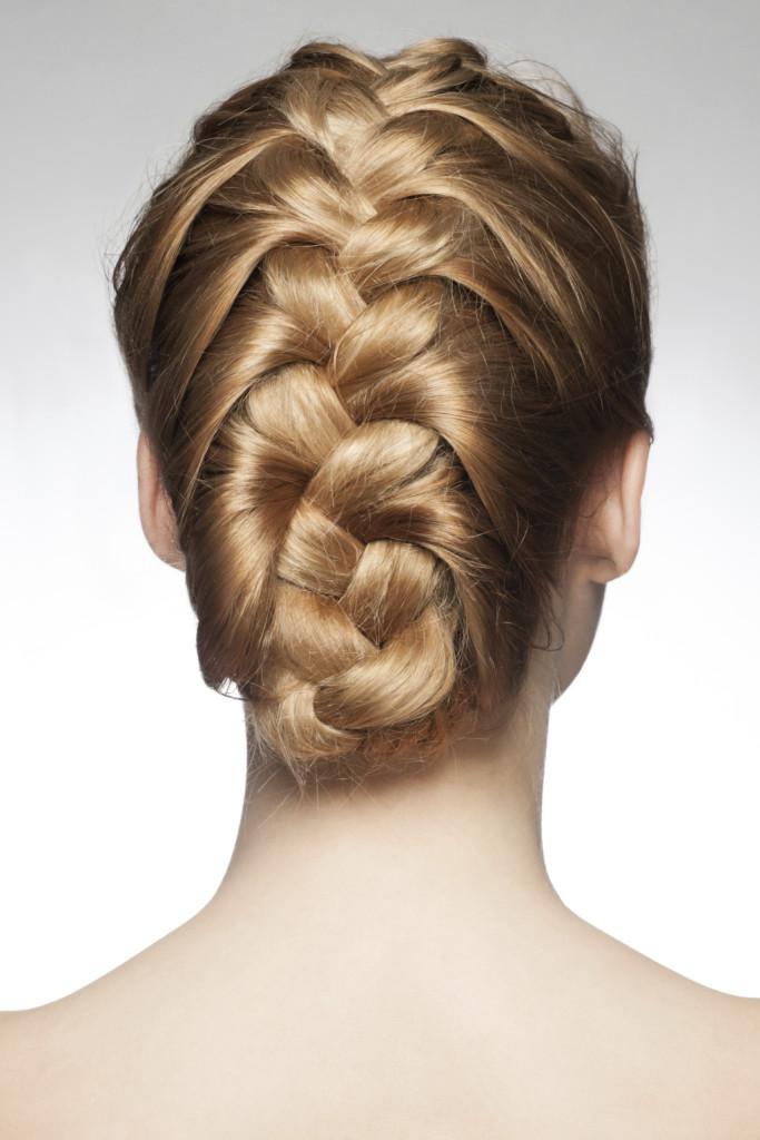 l'estate l'imperativo è comodità e praticità, per questo anche gli hair Stylist propongono trecce e chignon, ma sempre morbidi