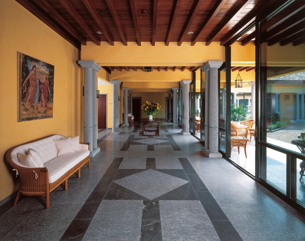 All'interno dell'albergo spazi raffinati ed eleganti