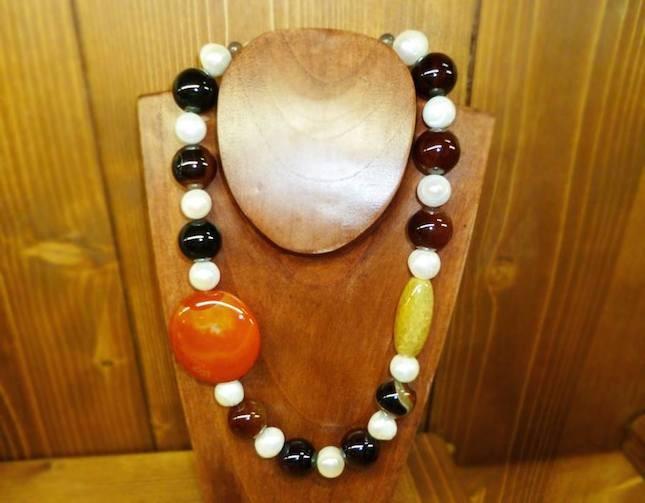 Girocollo composto da sfere di occhio di falco, corniola e perle