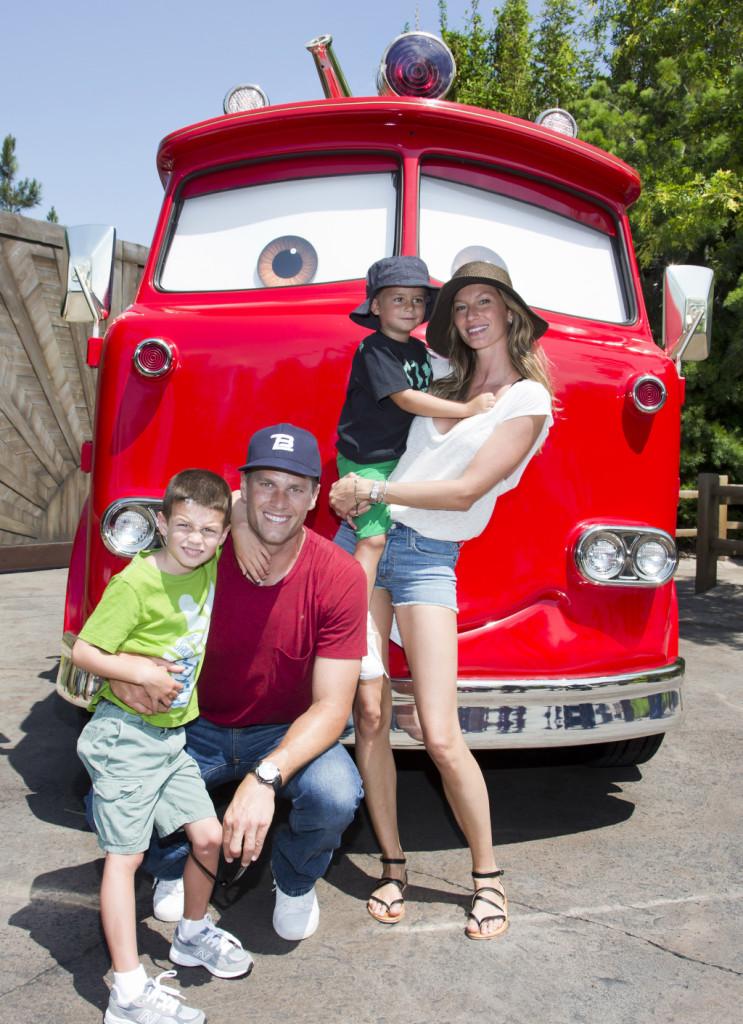 Gisele Bündchen posa insieme alla sua famiglia: il marito, il giocatore di football americano Tom Brady e i figli Jack di 5 anni e Benjamin di 3