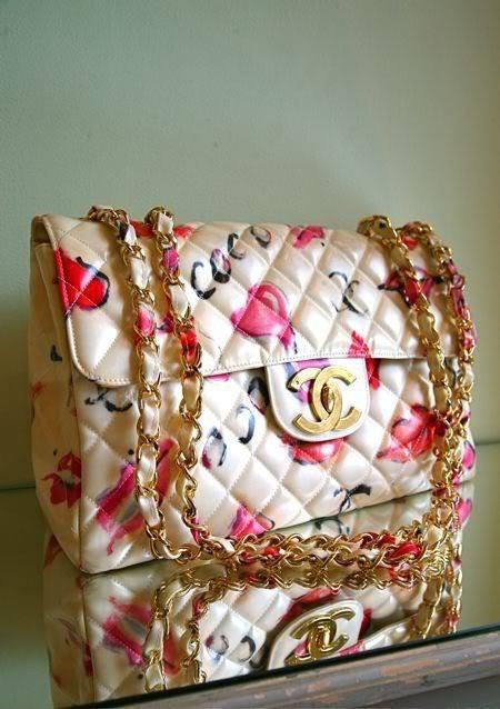 2.55 di Chanel, un modello sbarazzino dalla stampa floreale con dettagli in color oro