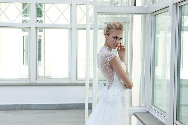Elisabetta Polignano_abito da sposa con schiena nuda e dettaglio in pizzo
