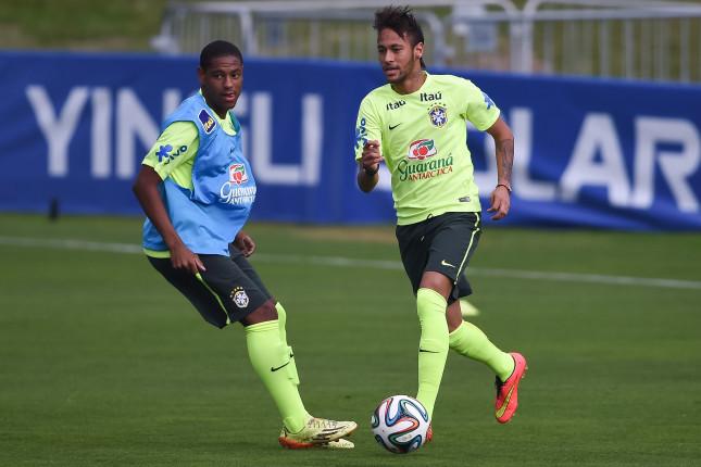 Neymar in allenamento con il Brasile