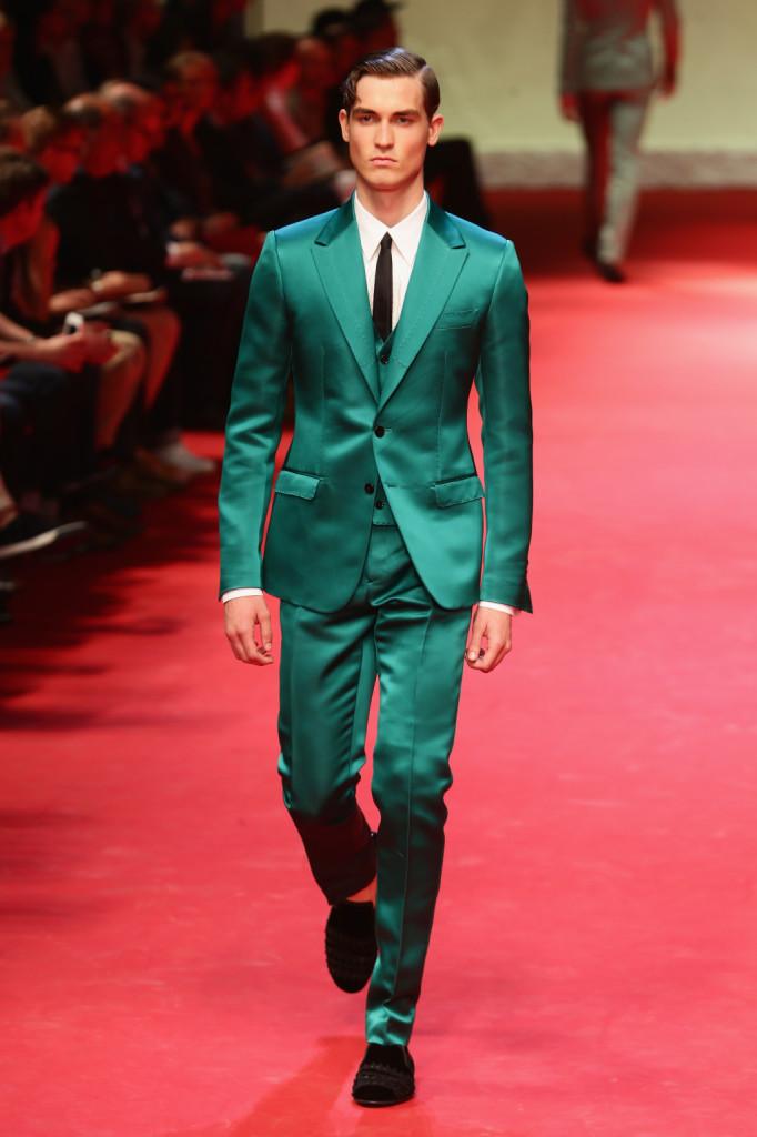 Un torero alla moda scende sulla passerella di Dolce e Gabbana indossando un completo lucido